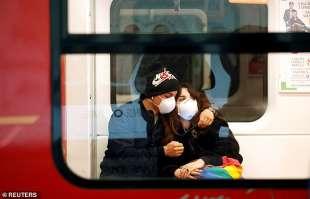 coppia con mascherina in metro a milano
