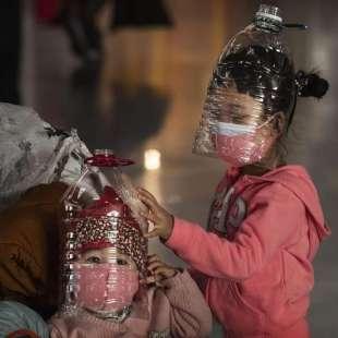 Mascherina e bottiglia di plastica in testa per difendersi dal ...