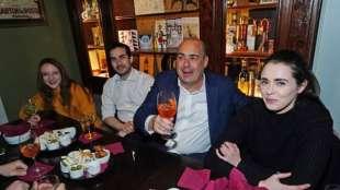nicola zingaretti all'aperitivo dei giovani pd a milano