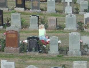 sesso al cimitero 1