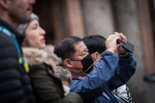 turisti cinesi con la mascherina a roma 2