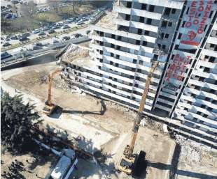 una vista aerea della demolizione delle vele di scampia