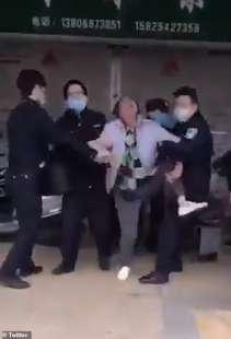 wuhan arrestata una donna che non indossava una mascherina in pubblico