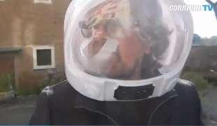 beppe grillo con casco da astronauta al vertice m5s 2