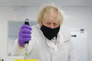 Boris Johnson visita la QuantuMDx Biotechnology a Newcastle.
