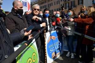 conferenza stampa di sgarbi a piazza navona foto di bacco (3)