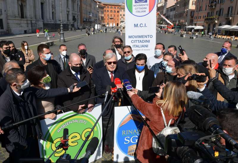 conferenza stampa di sgarbi a piazza navona foto di bacco (5)