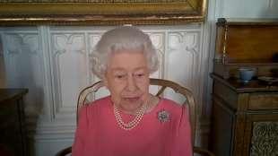 la regina elisabetta scende in campo per il vaccino 3