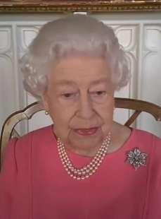 la regina elisabetta scende in campo per il vaccino 5