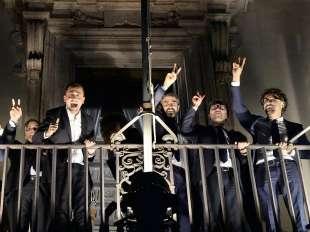 Luigi di Maio sul balcone di palazzo chigi