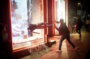 manifestanti violenti in spagna