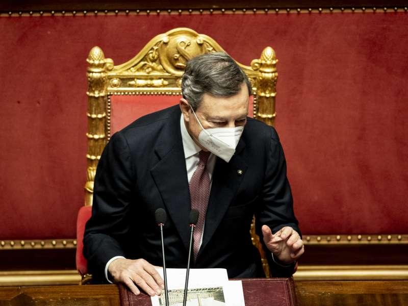 mario draghi in senato con la mascherina