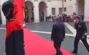 MARIO DRAGHI SBAGLIA IL CERIMONIALE ALL ARRIVO A PALAZZO CHIGI