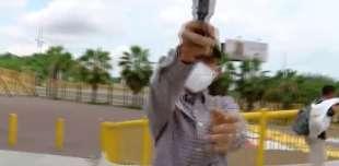 reporter rapinato con la pistola in diretta in ecuador 1