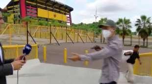 reporter rapinato con la pistola in diretta in ecuador 6
