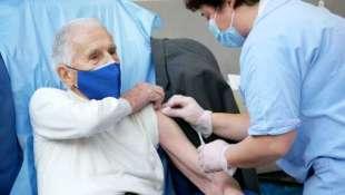 vaccino covid a un anziano