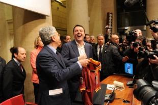 D Alema regala a Renzi la maglietta di Totti