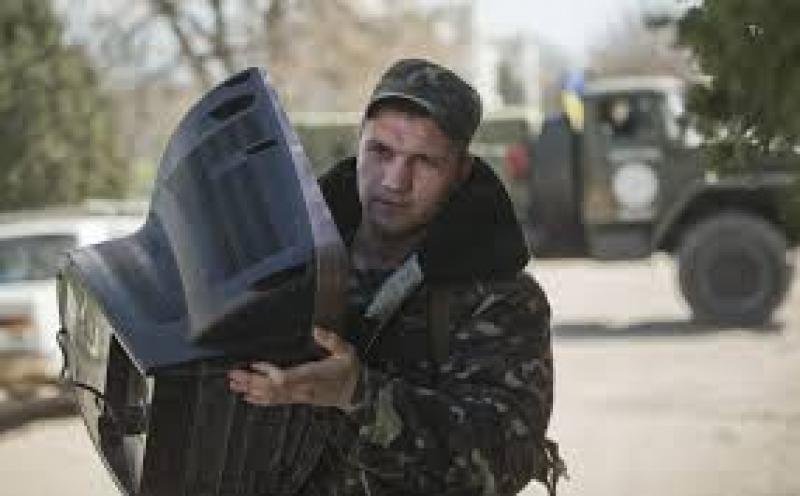 Militari ucraini lasciano le basi in crimea con gli scatoloni jpeg
