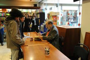 Umberto Eco autografa il suo libro
