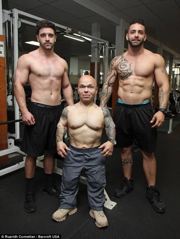Le Persone Piu Muscolose Del Mondo.Felici E Diversi Lui E Nano E Uomo Piu Forte Del Mondo Lei E
