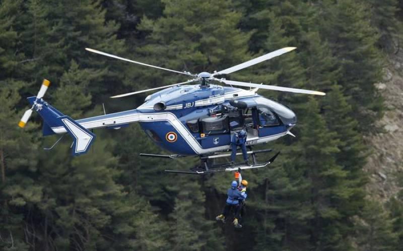 Elicottero E Aereo : Elicottero sorvola il luogo del disastro germanwings