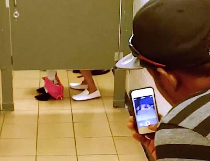 Sesso in un bagno pubblico - SESSO IN PUBBLICO