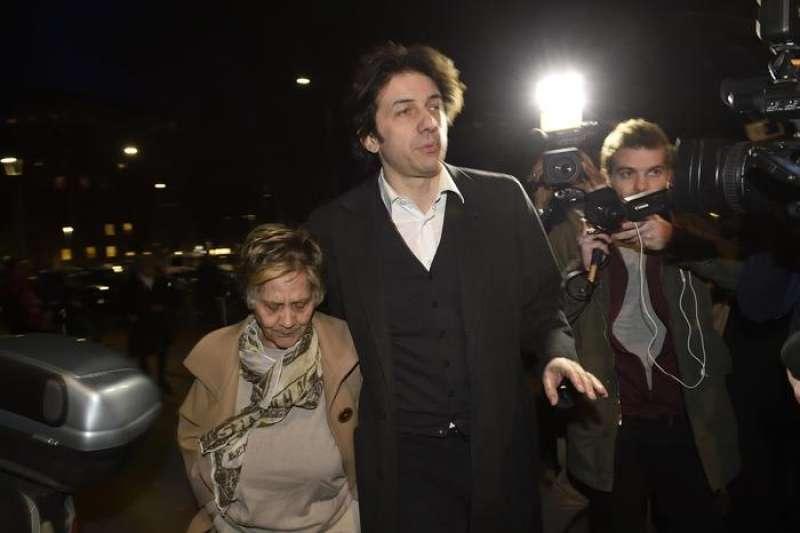 L'arrivo di Marco Cappato e della madre di Fabiano Antoniani al momento di preghiera dedicato alla memoria di Antoniani, conosciuto come DJ Fabo © ANSA 16
