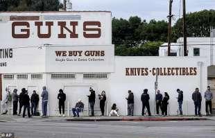 fila in un negozio di armi in california