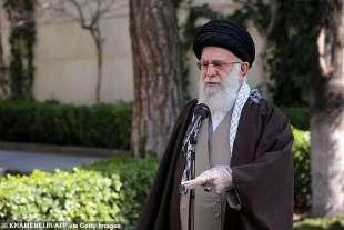 khamenei parla del coronavirus con i guanti