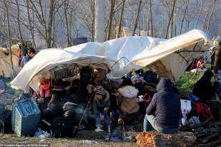 migranti in una tenda al confine tra grecia e turchia