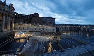 Papa Francesco da solo in Piazza San Pietro
