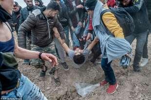 scontri tra migranti e polizia al confine tra grecia e turchia 12