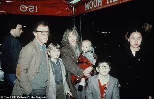 woody allen, mia farrow e i figli