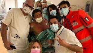 gianni morandi con i medici in ospedale
