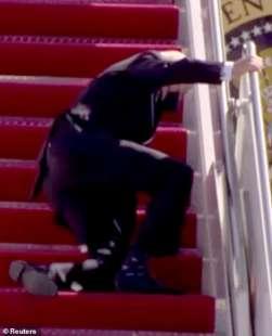joe biden inciampa sulla scaletta dell'air force one