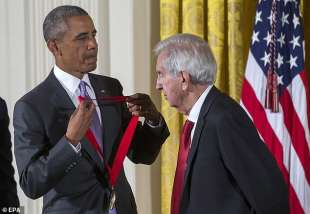 larry mcmurtry riceve da obama la national humanities medal