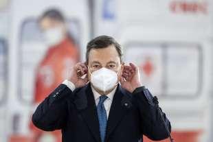 Mario Draghi visita il centro vaccinale anti Covid dell'aeroporto di Fiumicino