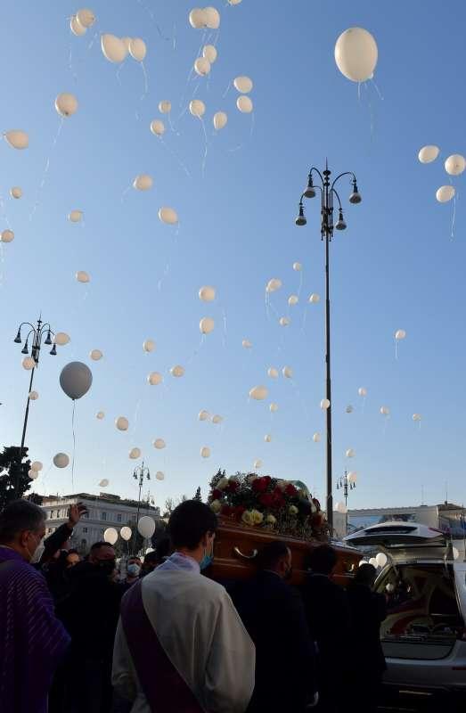palloncini in cielo per claudio coccoluto foto di bacco
