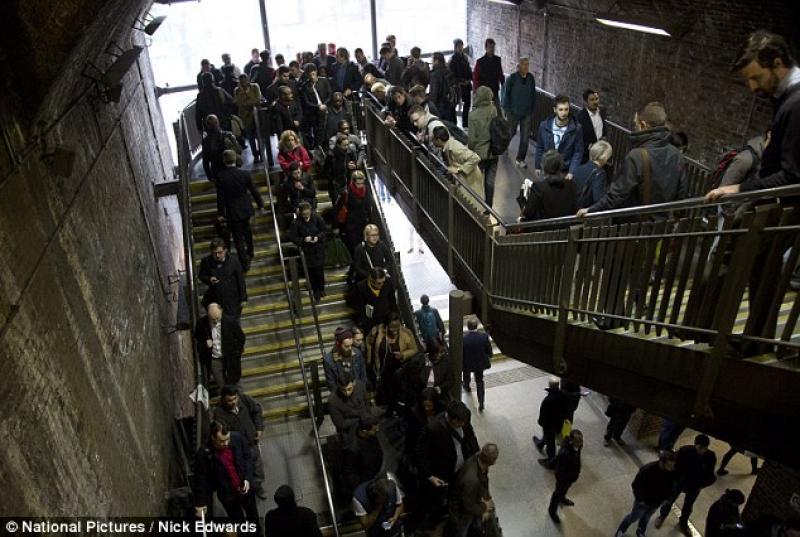 Molti pendolari impossibilitati a raggiungere il posto di - Posto con molti specchi ...