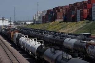 treni pieni di petrolio parcheggiati nelle stazioni