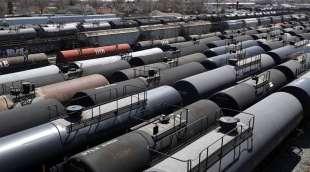 vagoni pieni di petrolio parcheggiati nelle stazioni