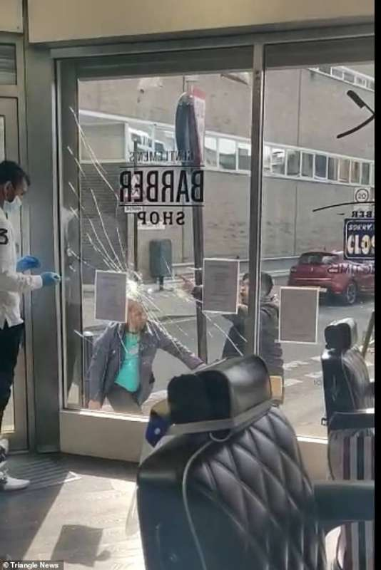 attacco barbiere londra