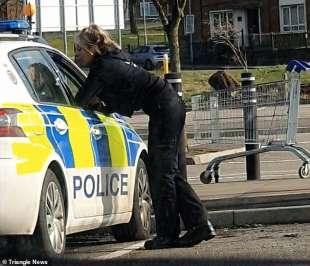 bacio agenti polizia uk