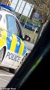 bacio agenti polizia uk 3