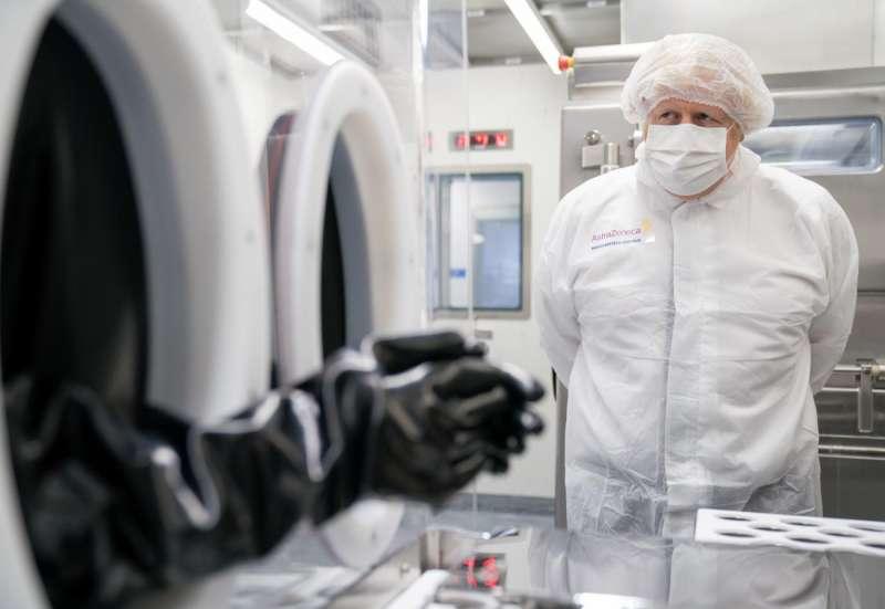 boris johnson visita i laboratori di astrazeneca a macclesfield