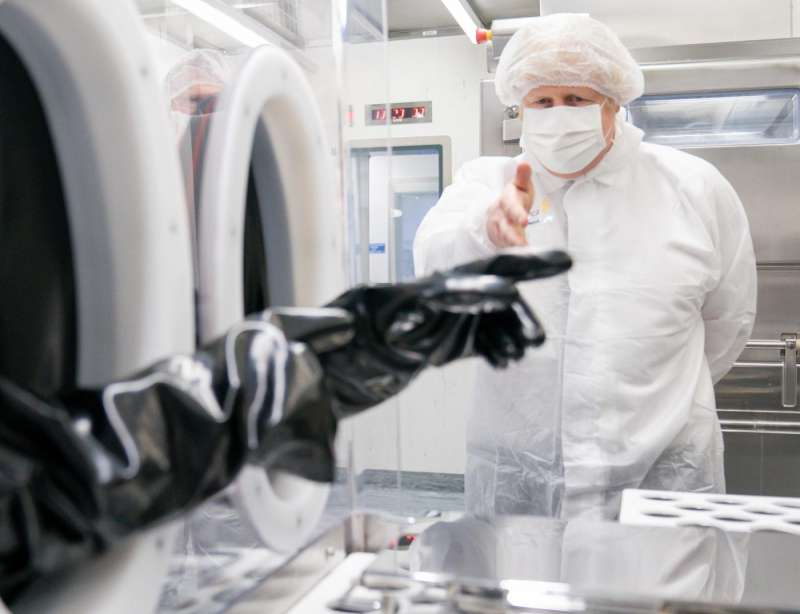 boris johnson visita i laboratori di astrazeneca a macclesfield 2