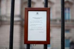 comunicato morte principe filippo al cancello di buckingham palace