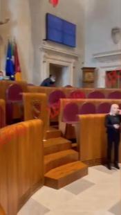 consiglio comunale roma inno giallorosso suonato a tutto volume