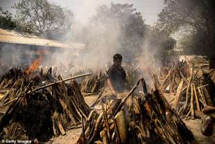 coronavirus india corpi bruciati per strada