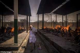 coronavirus india corpi bruciati per strada.